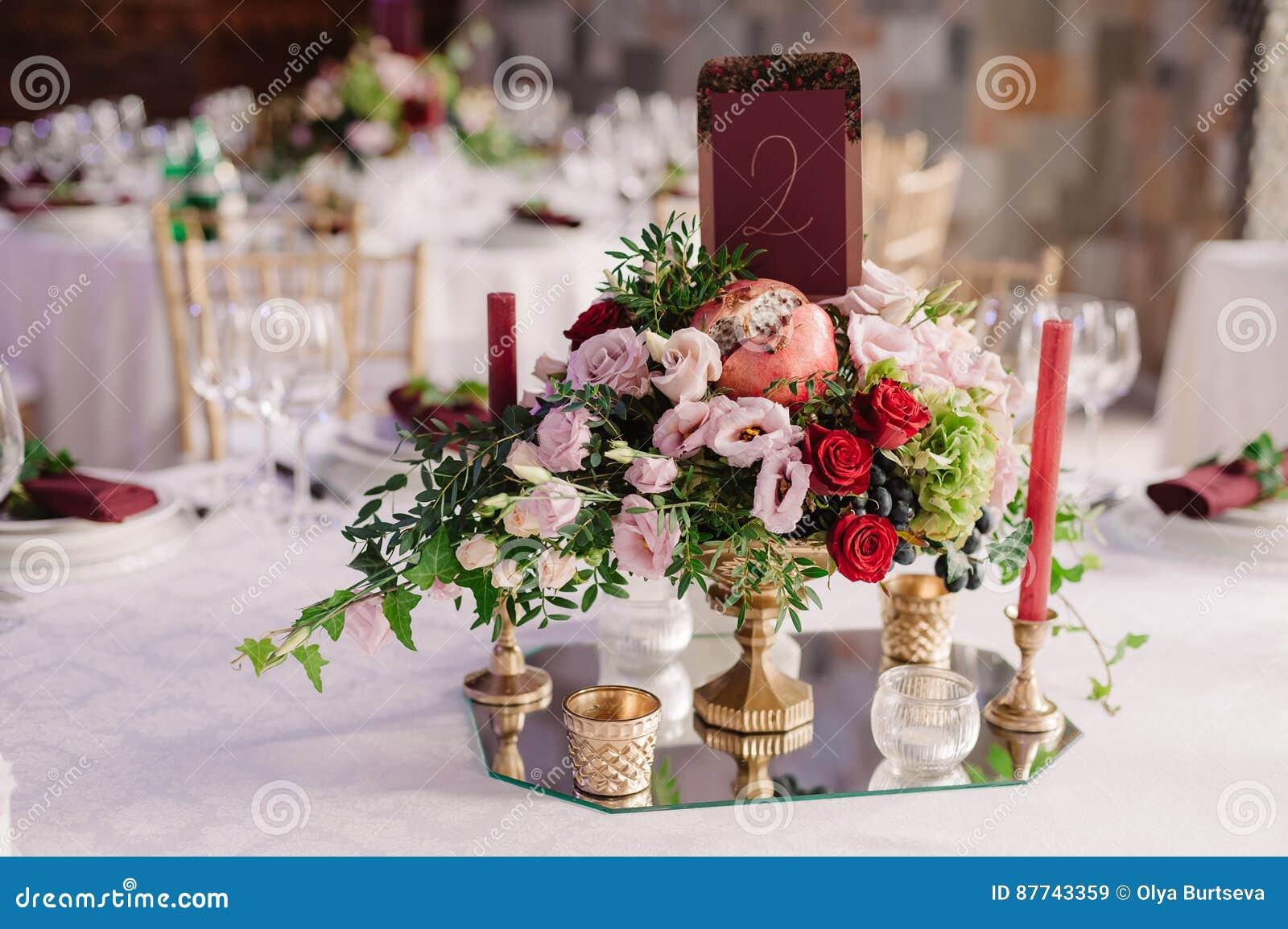 Deco De Table Bougie décoration de table de mariage avec les fleurs et les
