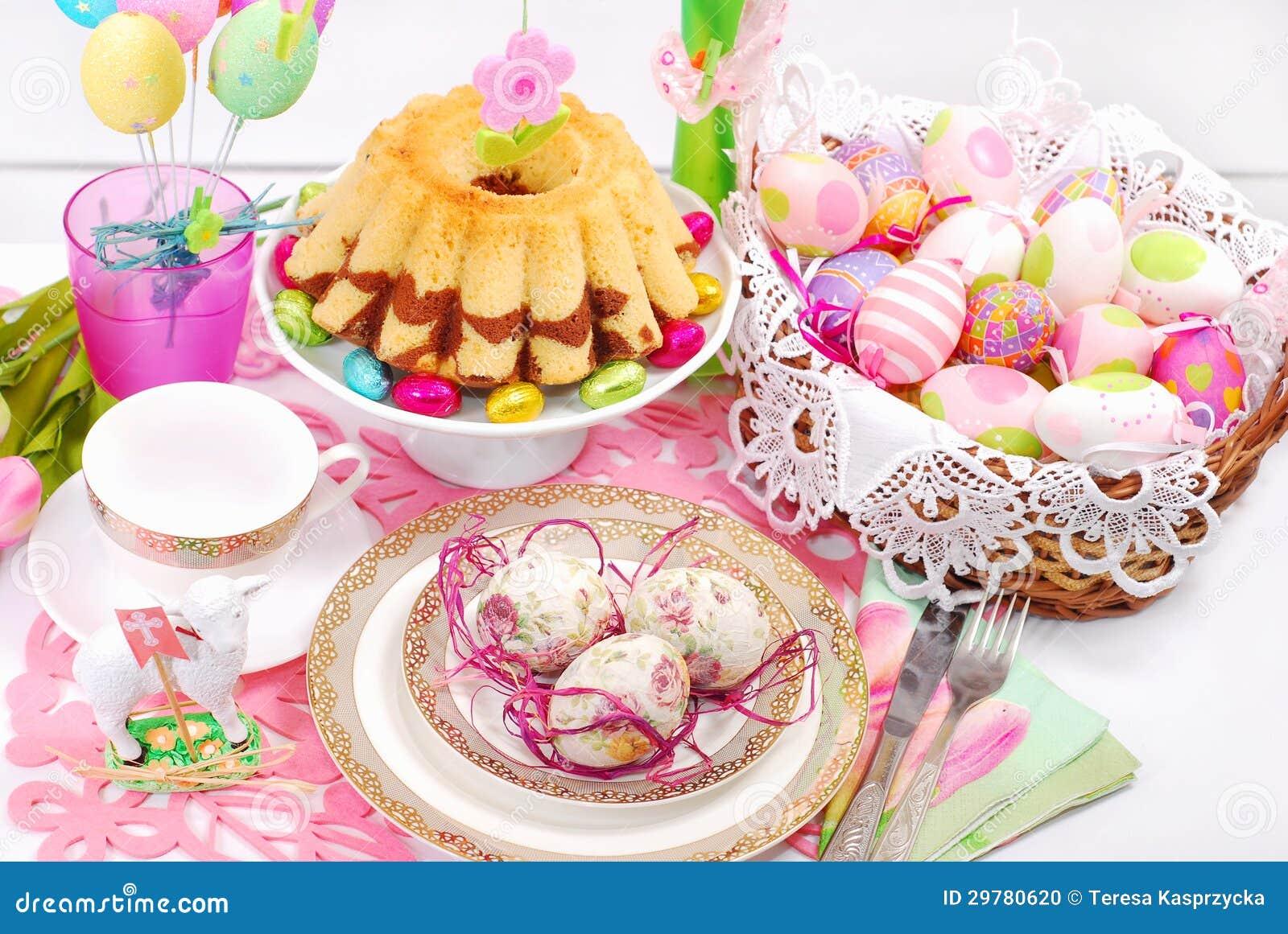 Décoration De Table De Pâques Avec Le Gâteau Et Le Panier Danneau ...