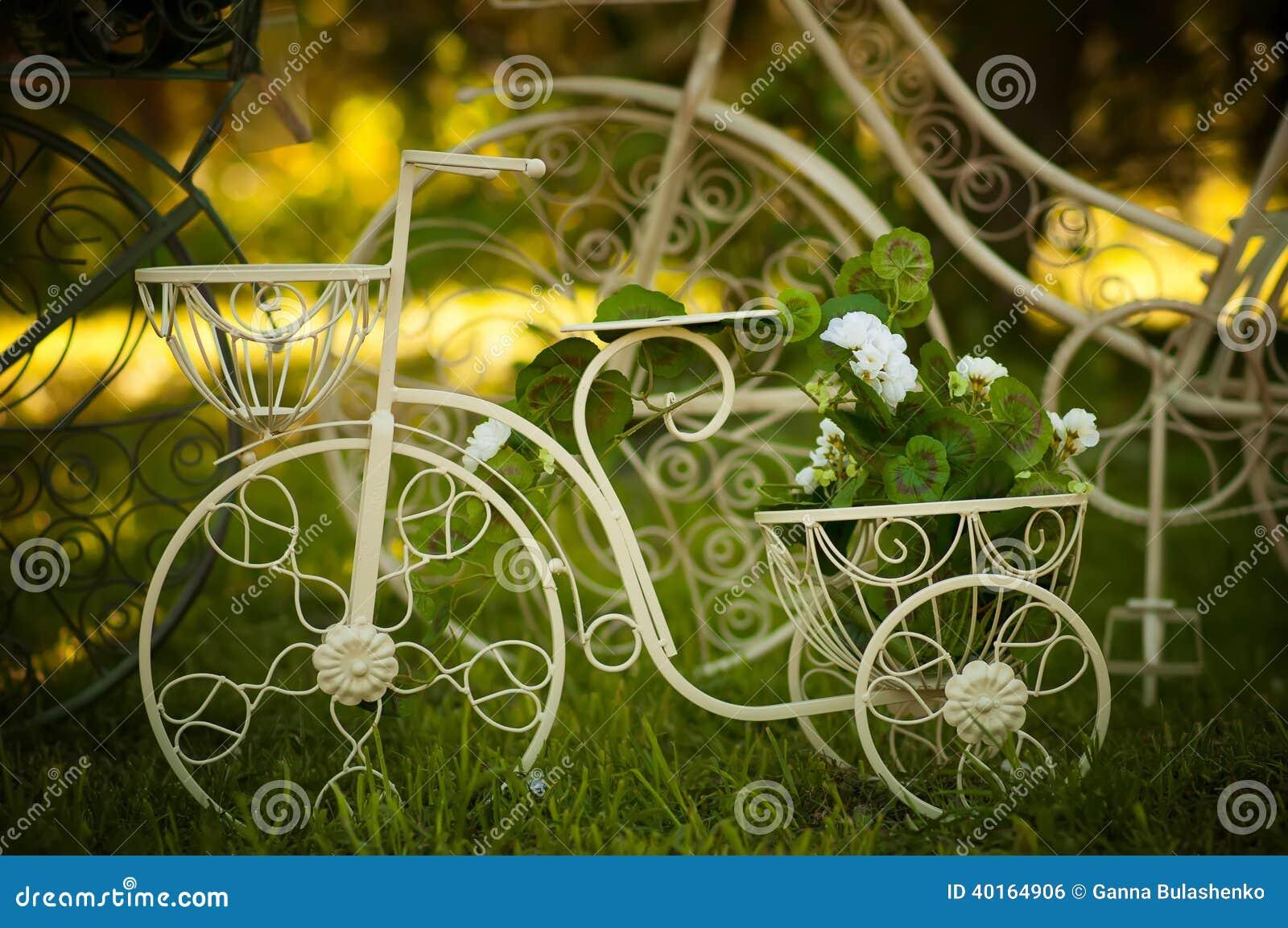 Décoration De Jardin Avec Un Vieux Vélo. Image stock - Image du ...