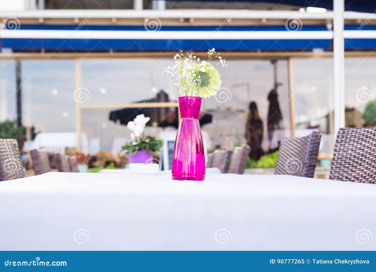 Decoration Des Fleurs Fraiches Sur La Table Dans Le Restaurant