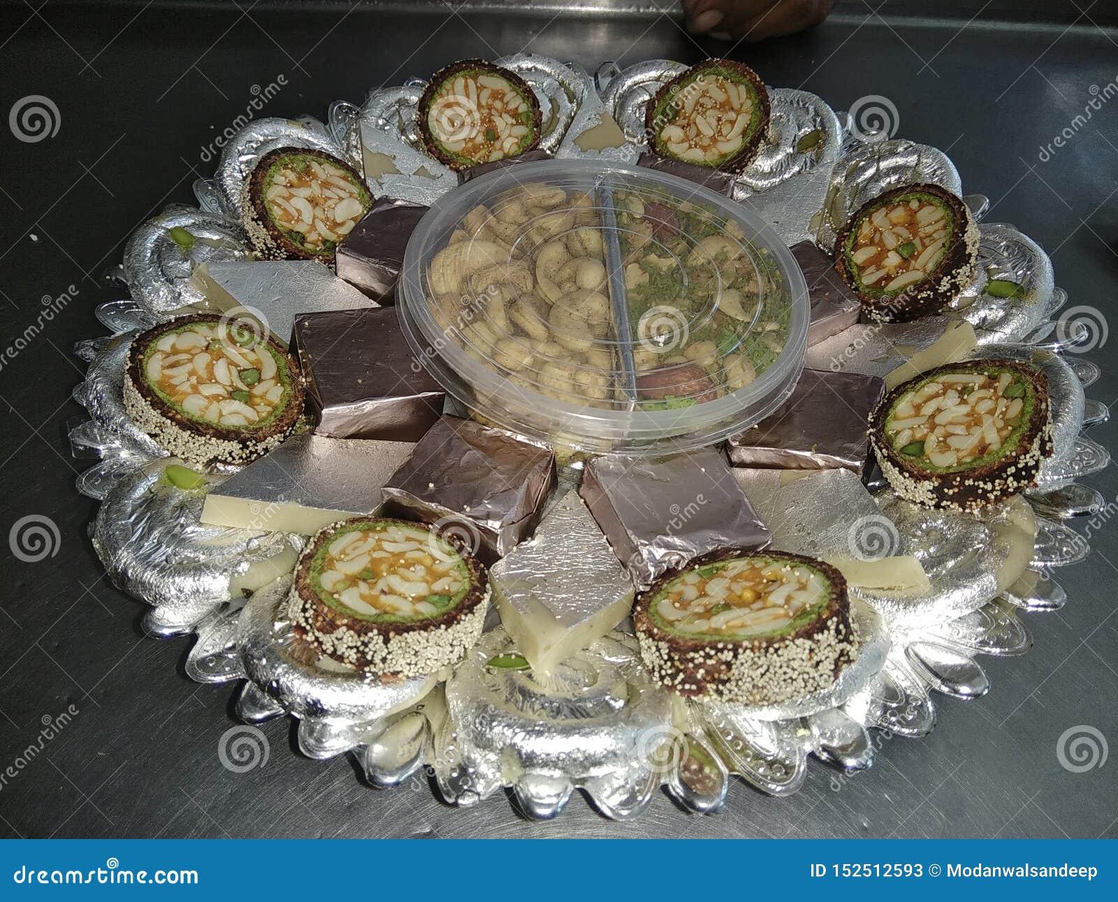 Décoration douce, morsure de mewa, petit pain de pista d Anjir, jalebi de kaju