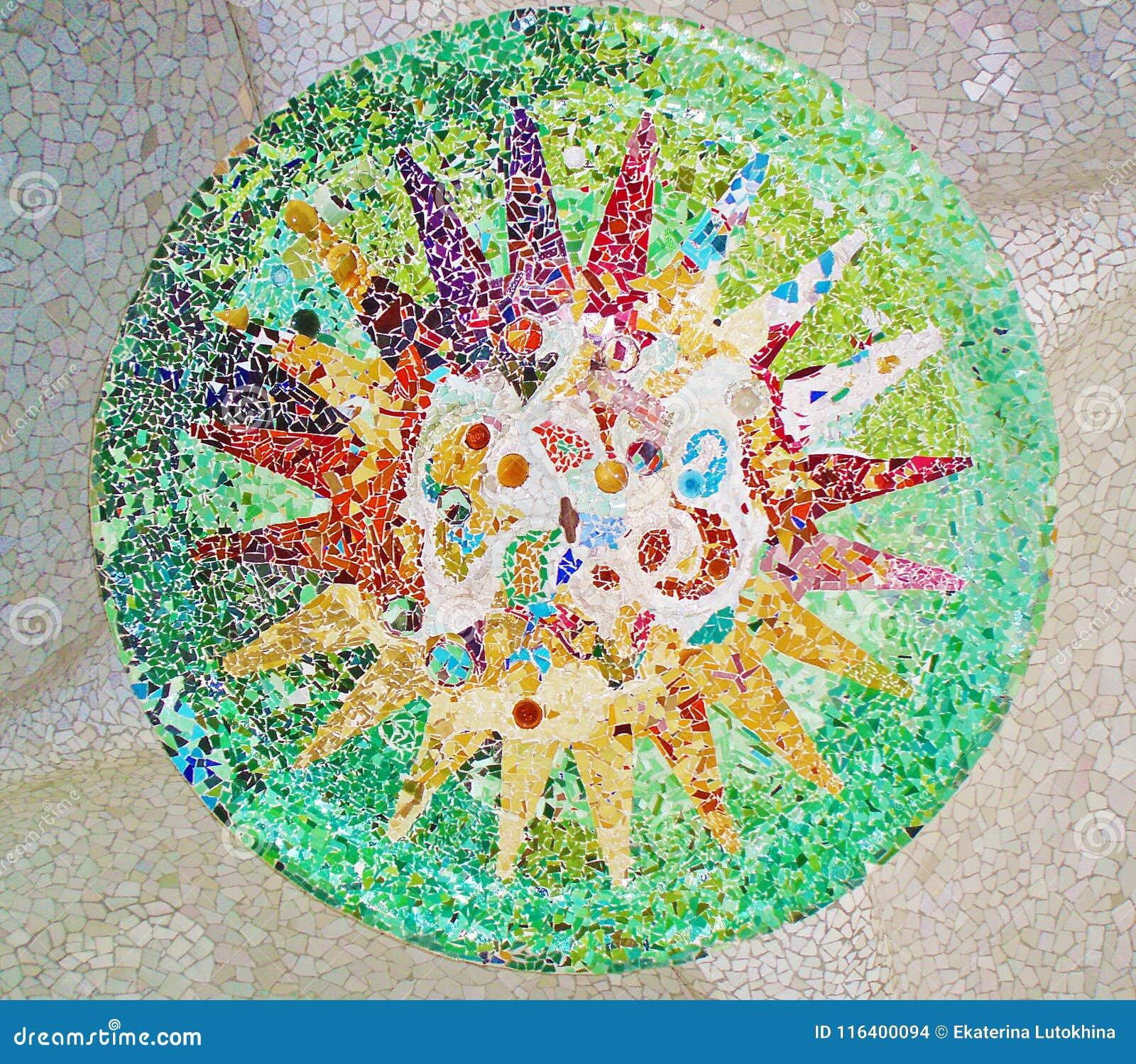 Décoration en parc Guell, mosaïque en verre cassée par fond de tuile,