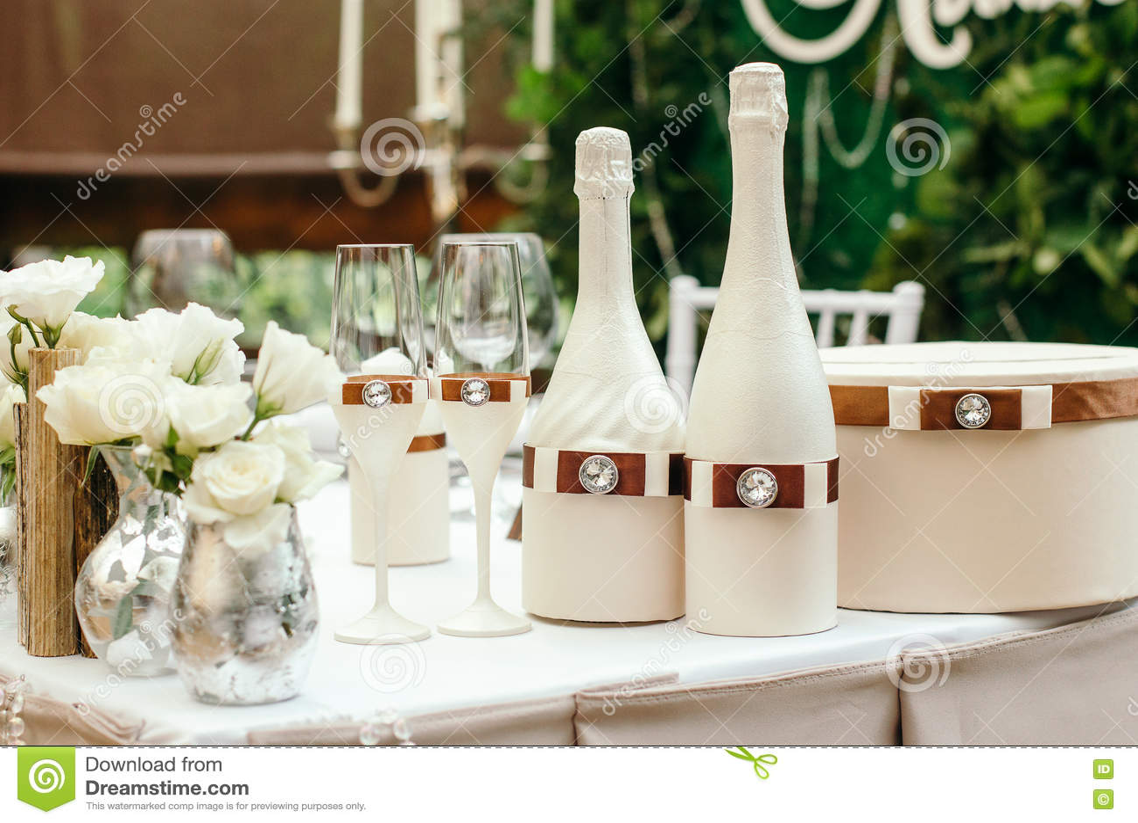 d coration en verre de beau mariage sur la table sur la table d cor e d 39 une bouteille de. Black Bedroom Furniture Sets. Home Design Ideas