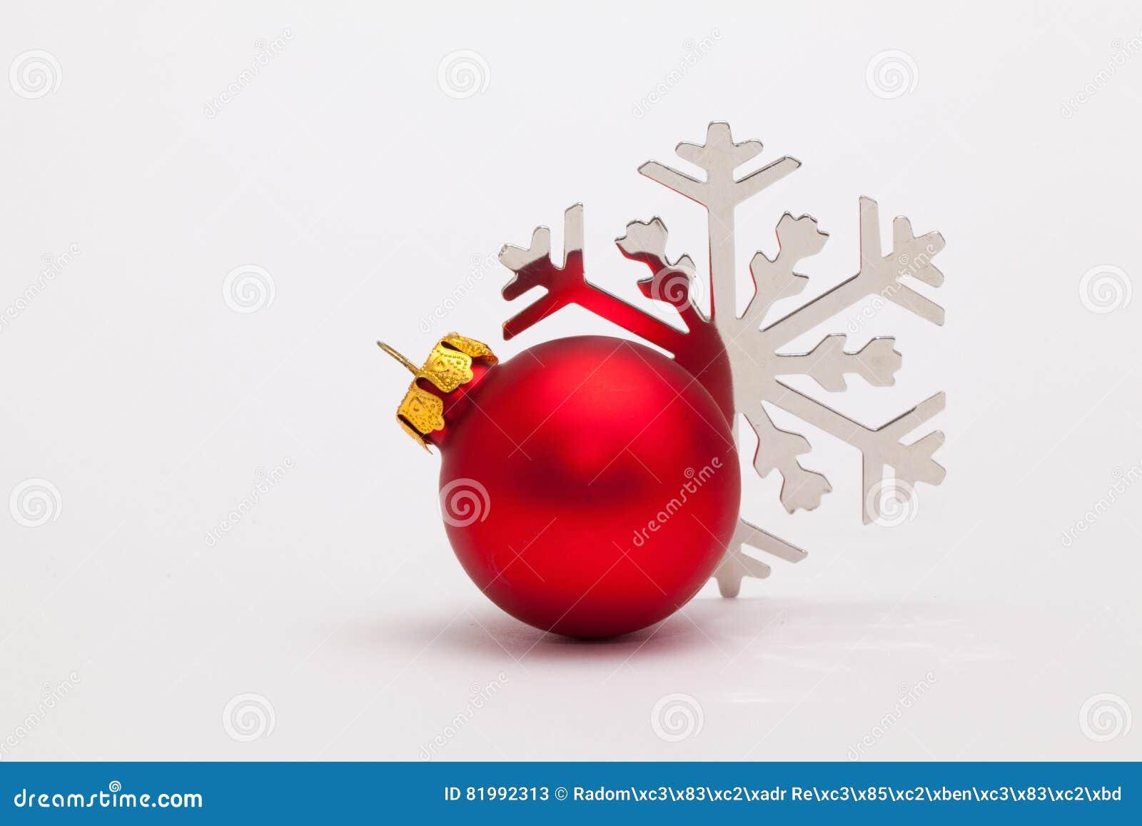 Décoration et flocon de neige rouges de noël sur le bureau blanc