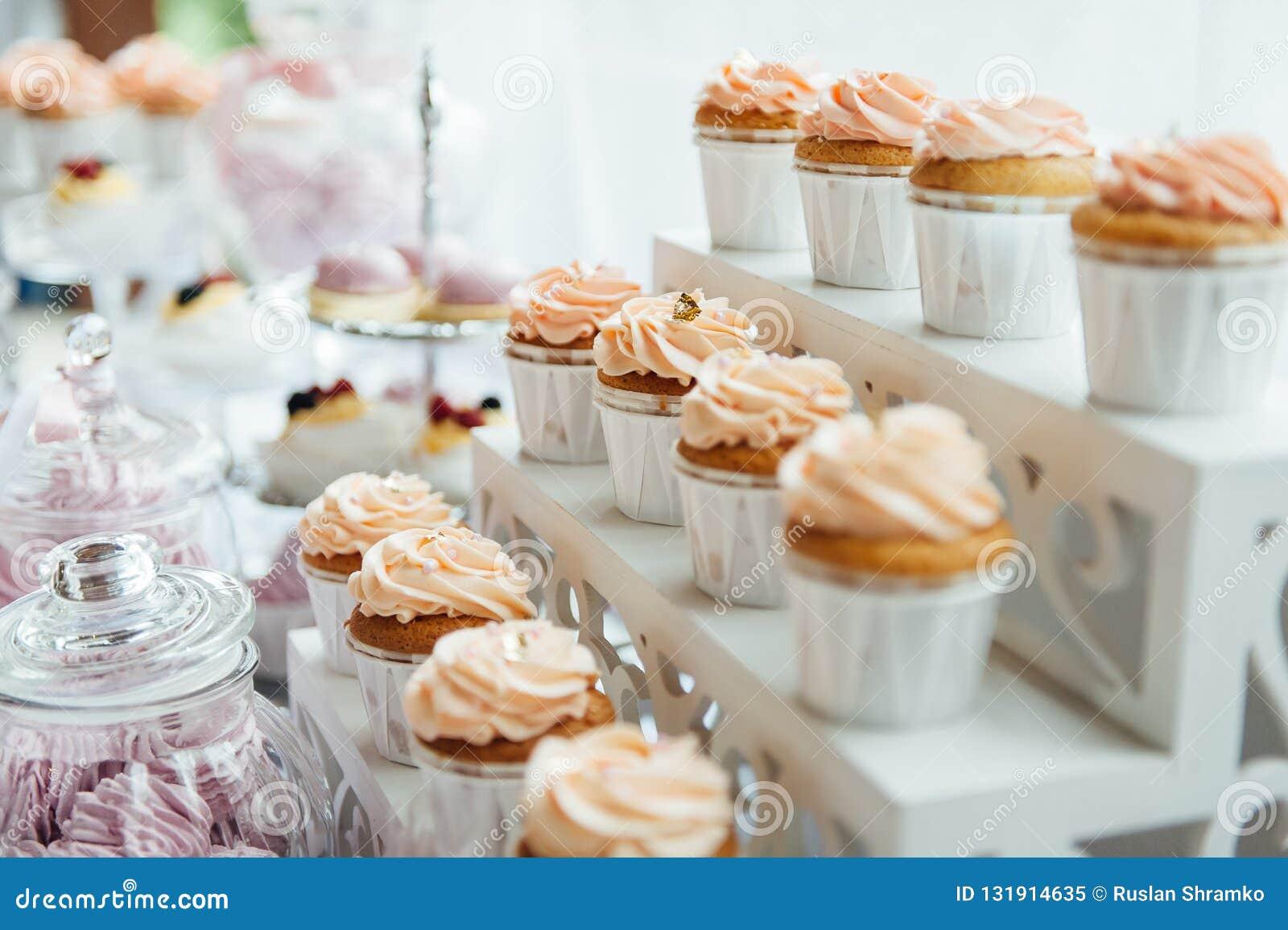 Décoration et gâteau de fête d anniversaire d enfants Tableau décoré