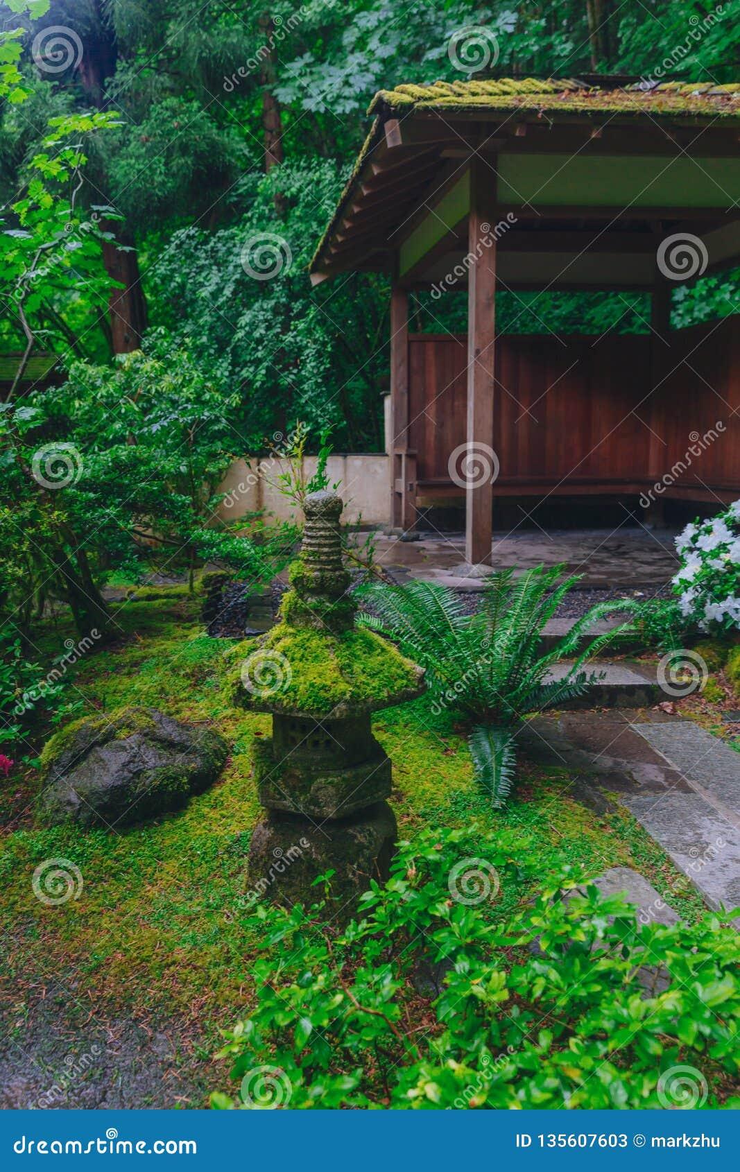 Décoration Et Maison De Pagoda Parmi Des Arbres Au Jardin ...