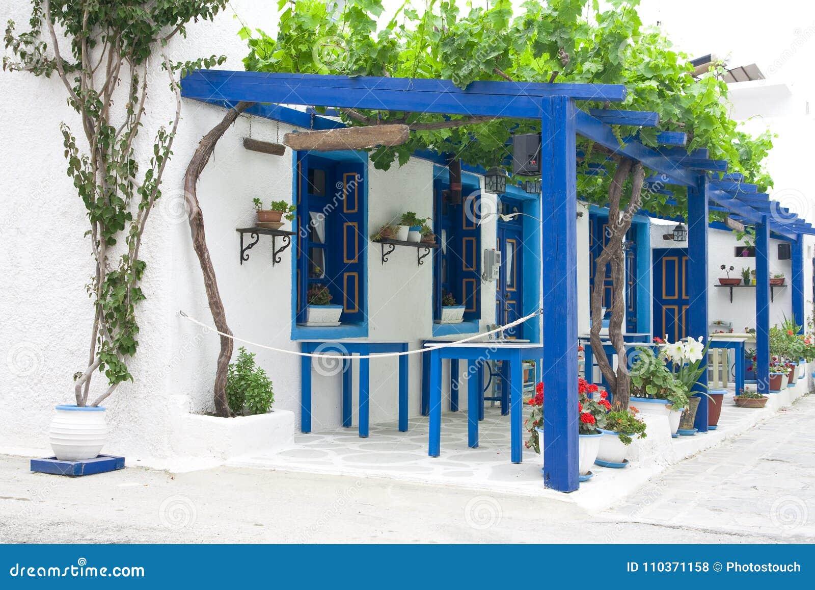 Décoration Extérieure Des Fleurs Et Des Pots Dans Le Style Grec ...