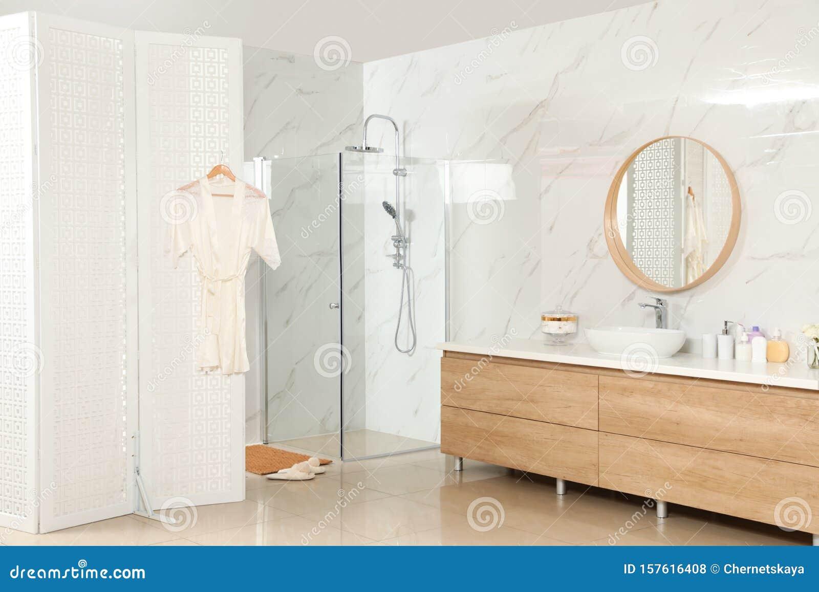Decoration Moderne Avec Etal De Douche Et Paravent Photo Stock Image Du Etal Douche 157616408