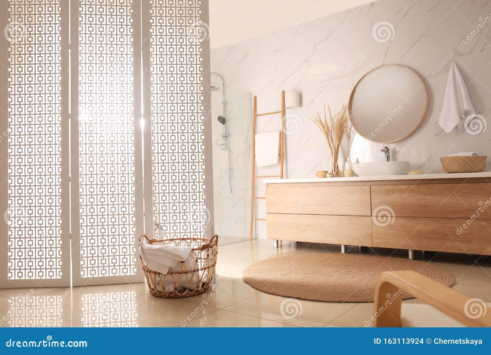 Decoration Moderne De La Salle De Bains Avec Paravent Blanc Photo Stock Image Du Blanc Decoration 163113924