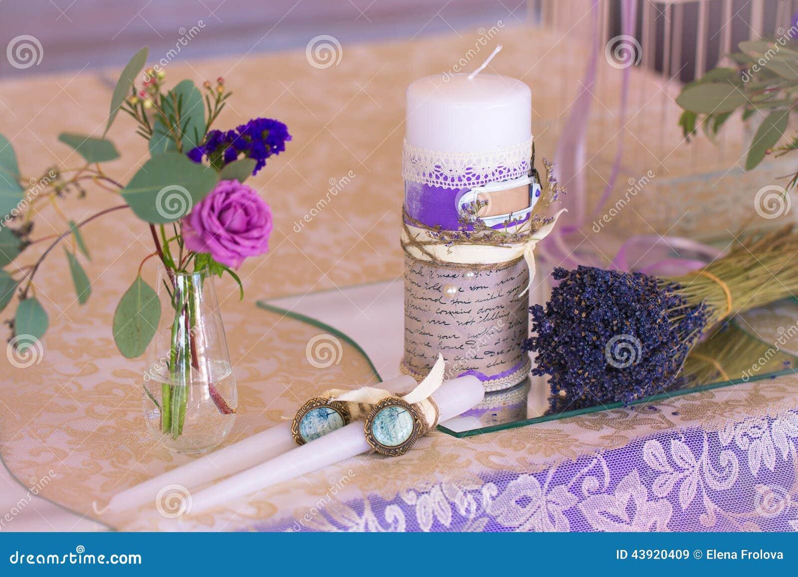 Décoration pour épouser la table dans la couleur pourpre Fleurs et candl