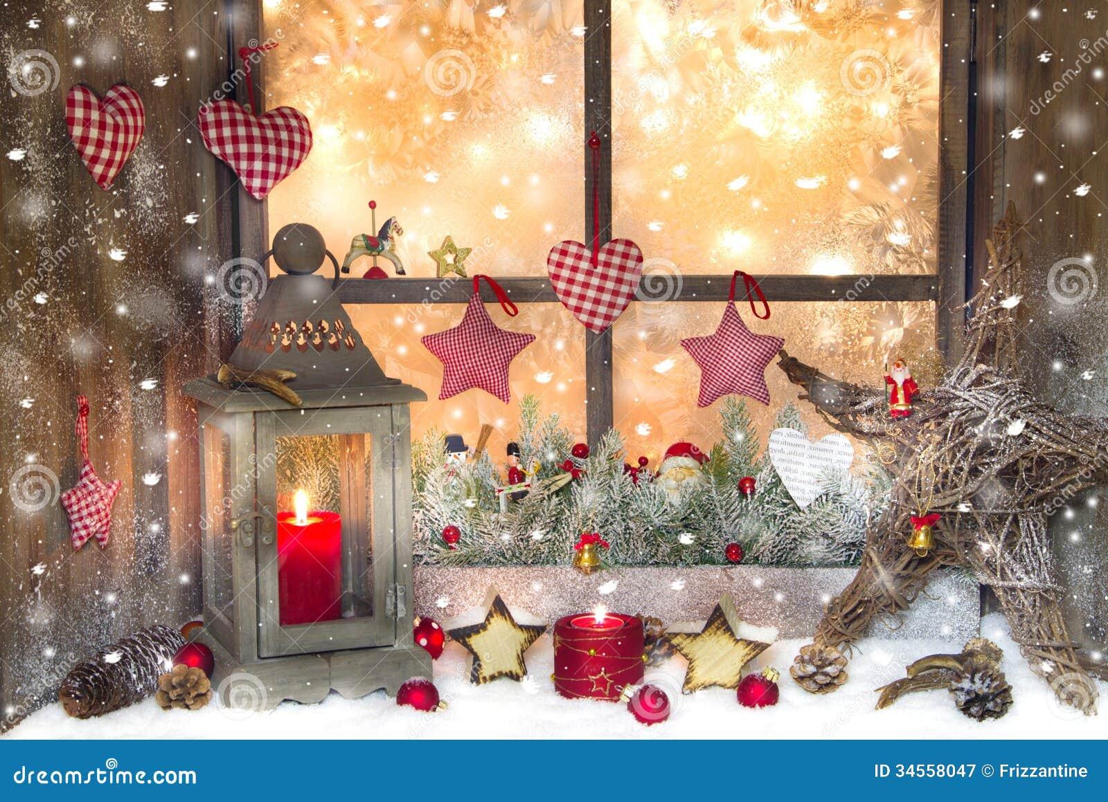 Décoration rouge de Noël avec la lanterne sur le filon-couche de fenêtre avec du bois