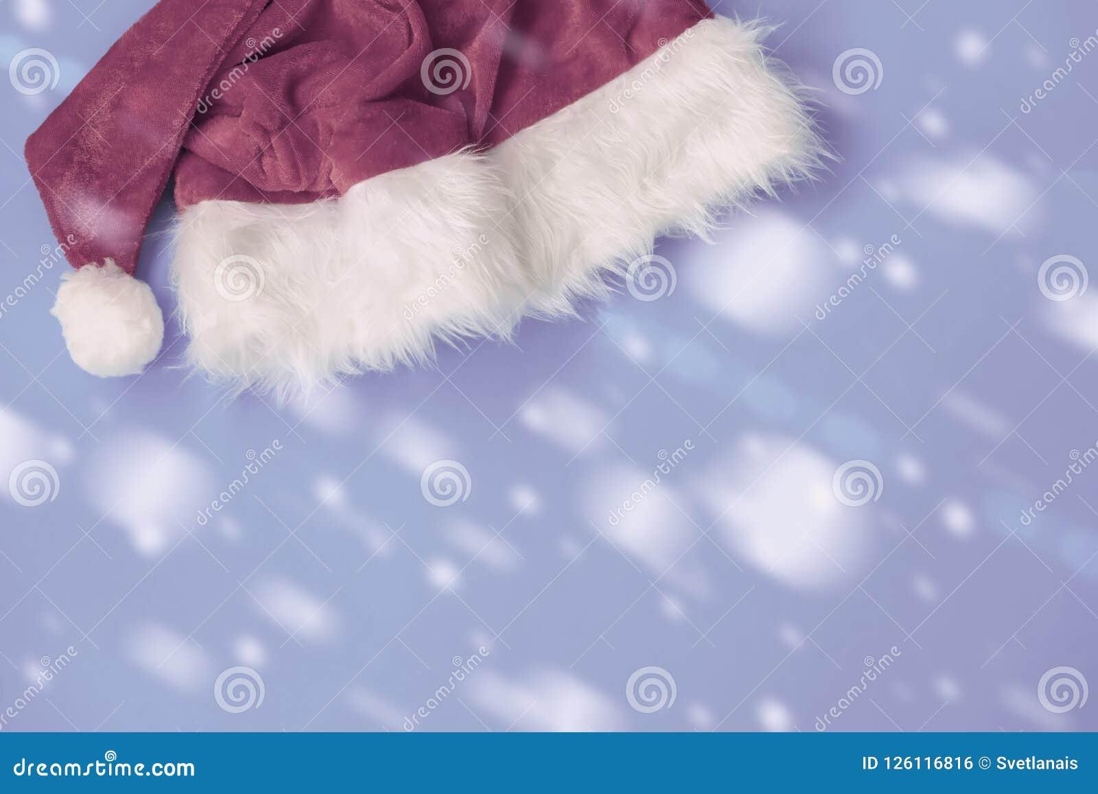 Décorations de chapeau de Claus de tradition, flocons de neige sur le plan rapproché bleu coloré de fond Fond de fête pour la con