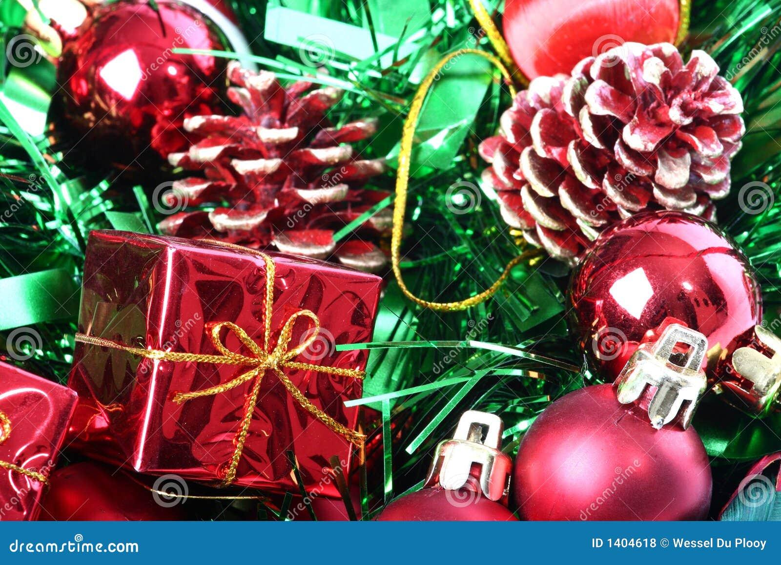 Décorations de Noël dans le panier