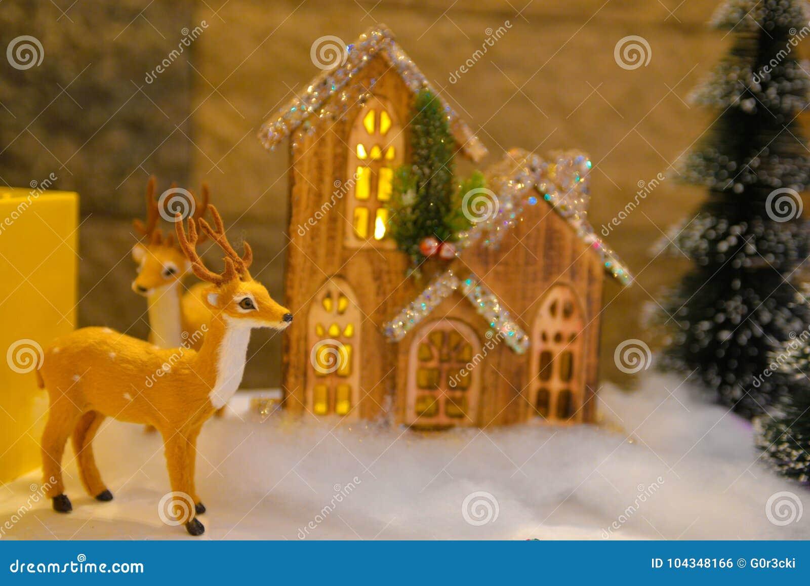 Décorations de Noël, renne pelucheux, cottage en bois et allumé minuscule