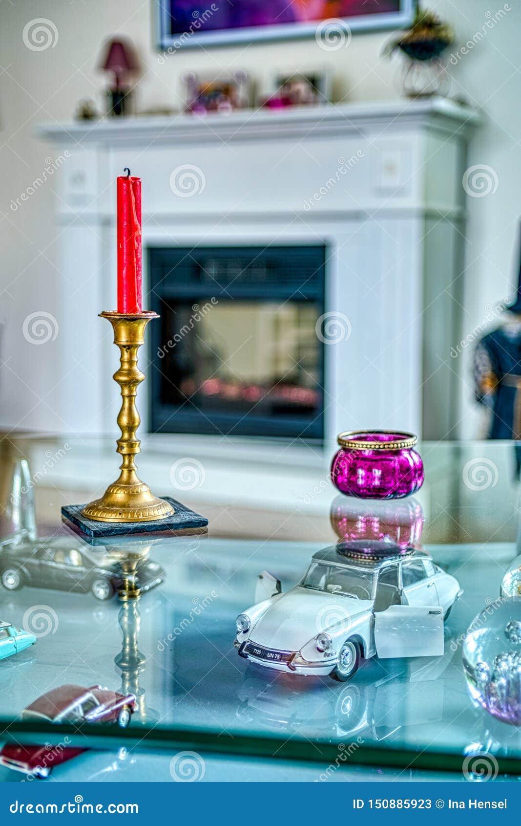 Décorations intérieures sur une table en verre avec des bougies
