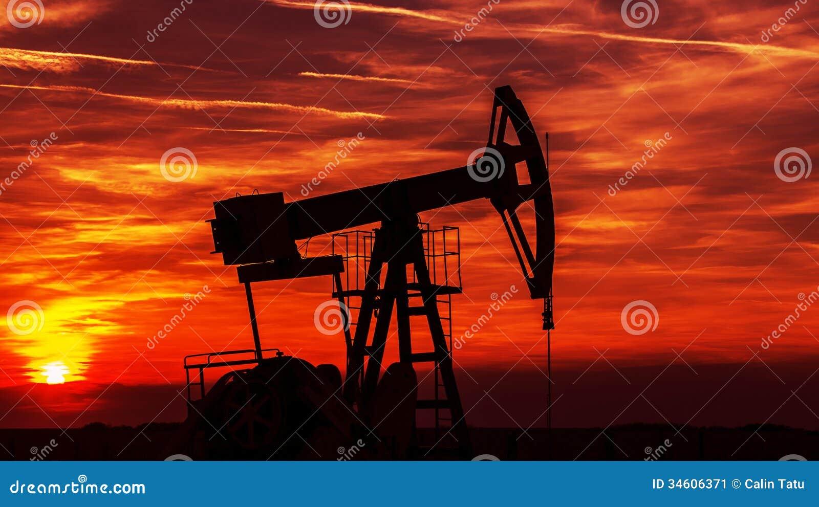 Découpe fonctionnante de puits de pétrole et de gaz, décrite sur le coucher du soleil
