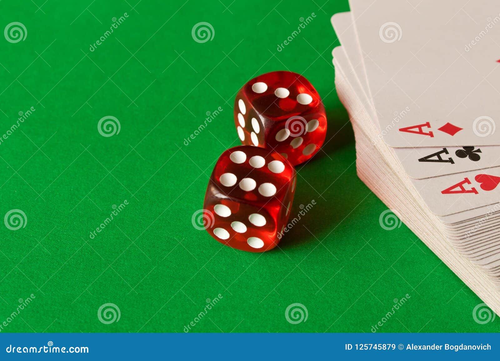 Découpez et en jouant des cartes sur la table verte Concept de jeu gibiers