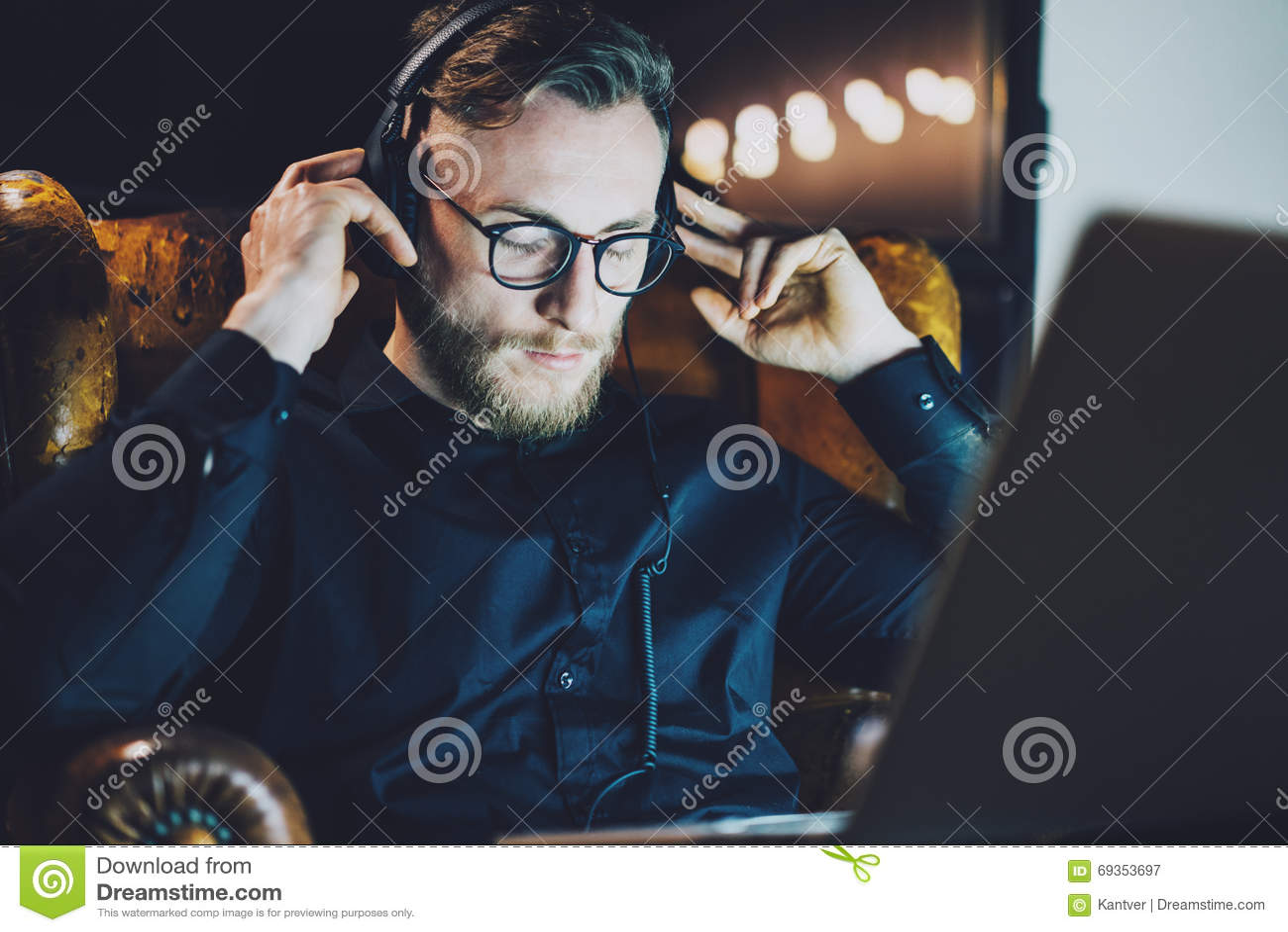 Décrivez les verres de port d homme barbu détendre le bureau