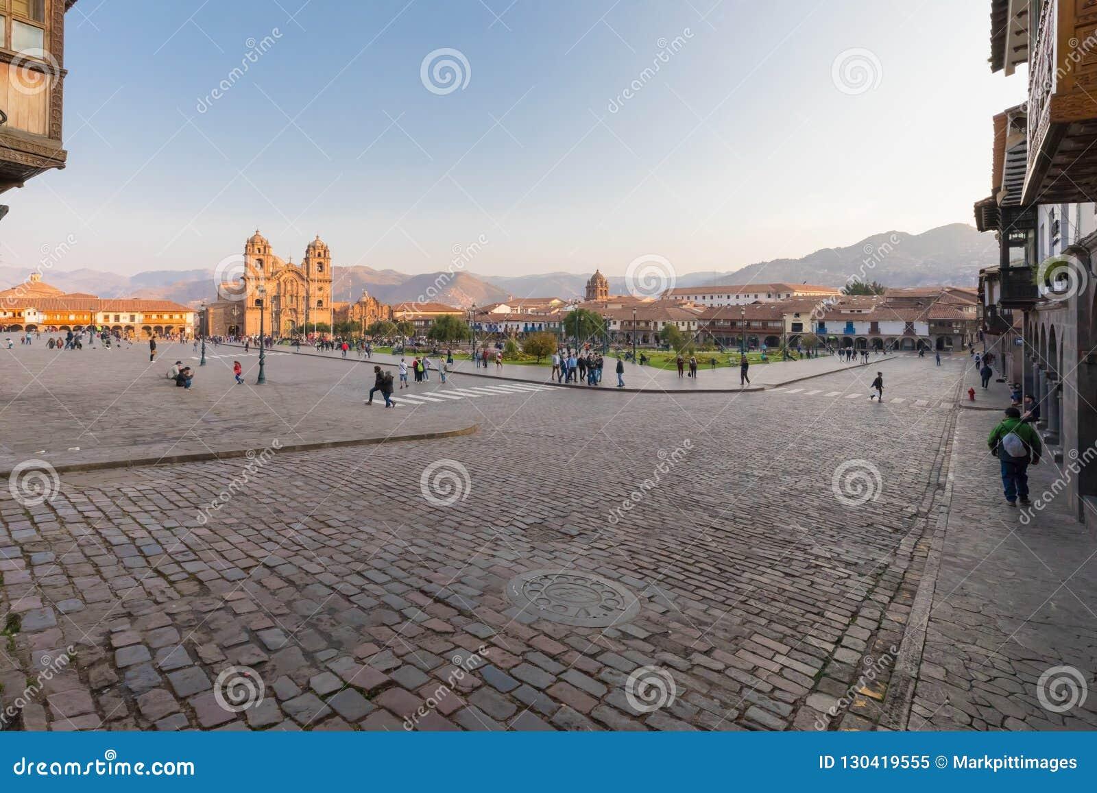 Défilé rectifié dans Cuzco au lever de soleil dans un jour ensoleillé