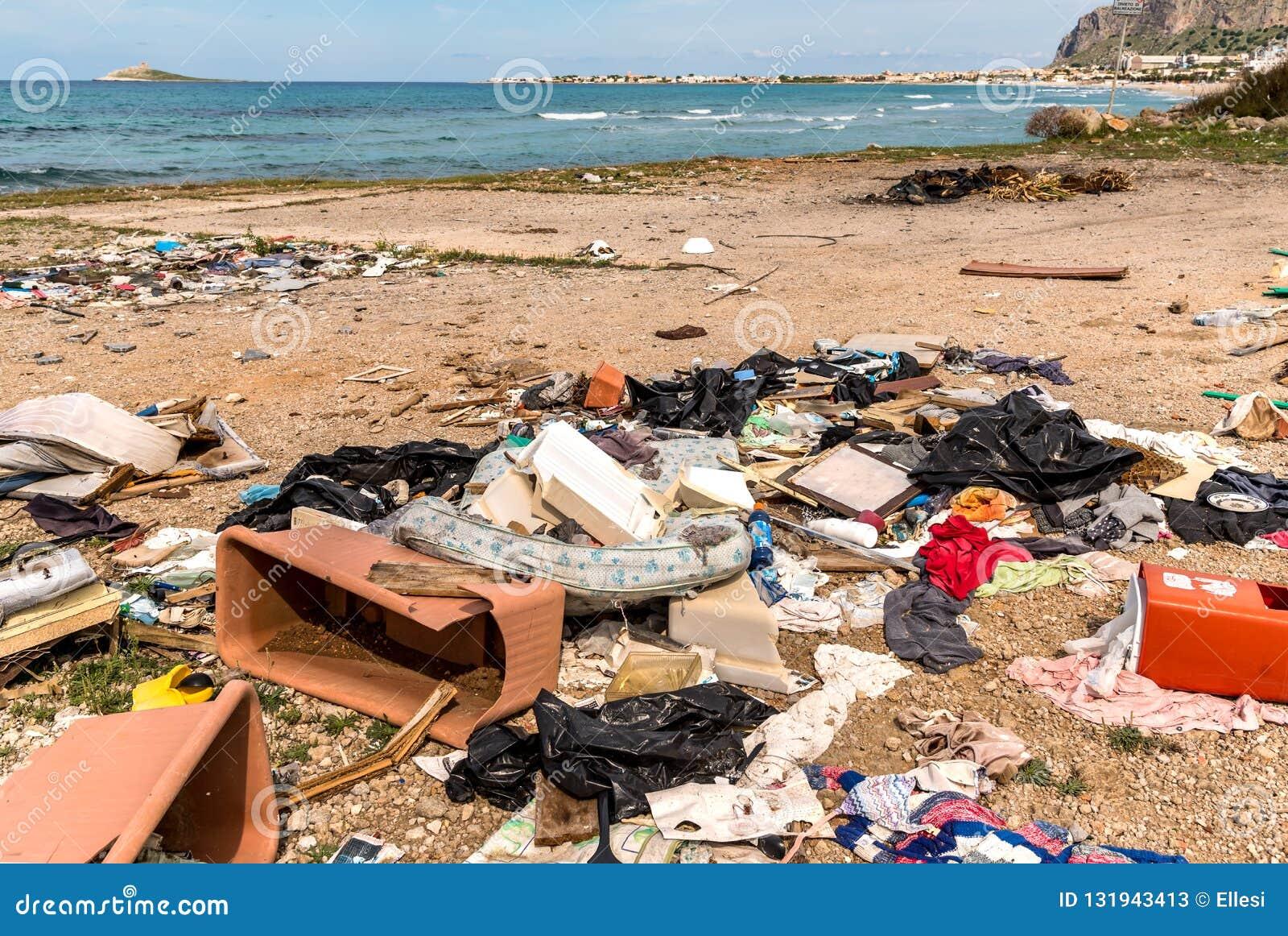 Dégradation côtière avec la plage, les déchets sales et les ordures ménagères polluant la plage de Capaci dans la province de Pal