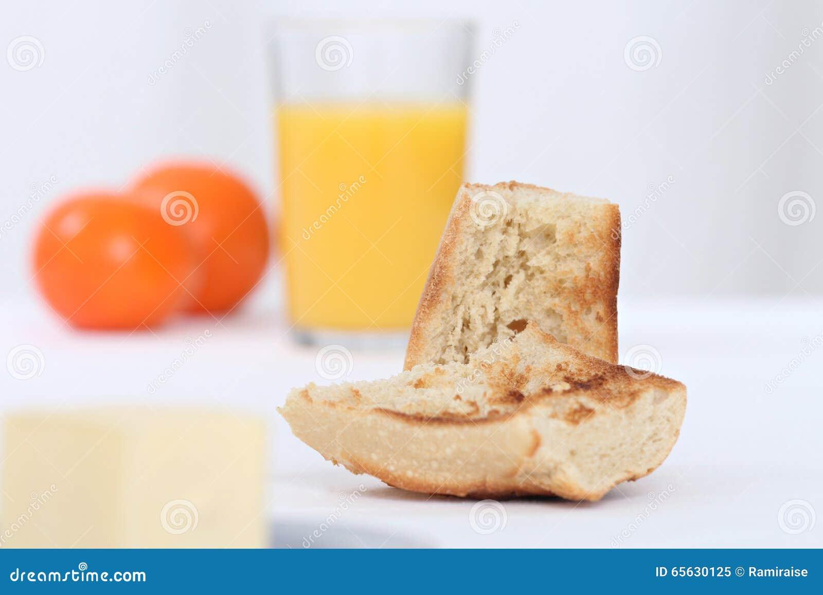 Déjeuner avec du pain grillé