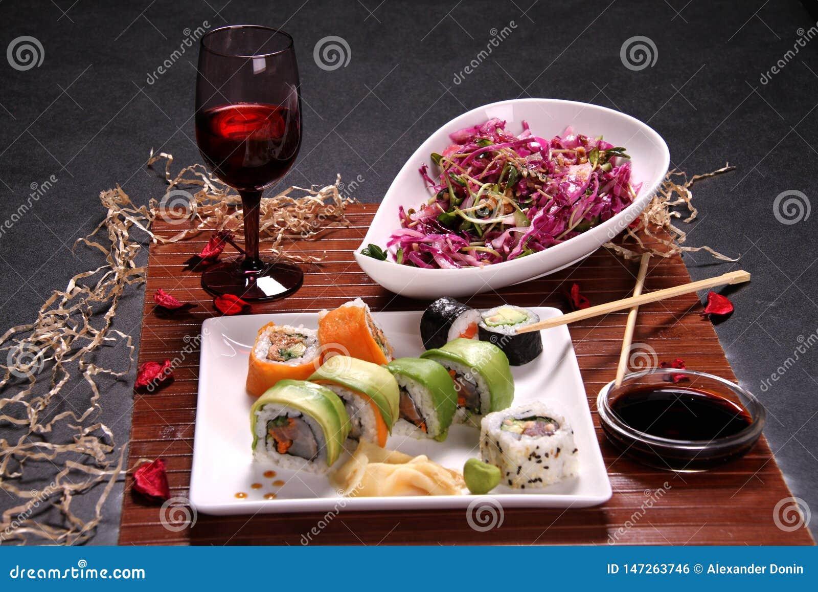 Déjeuner avec le stik de vin, de sushi et de côtelette
