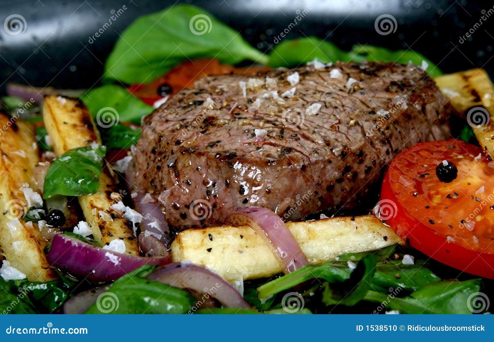 Déjeuner d été avec les légumes de source, la tomate-cerise et le bifteck
