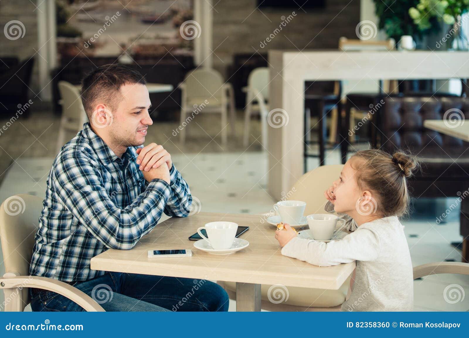 Déjeuner d And Daughter Having de père ensemble au mail