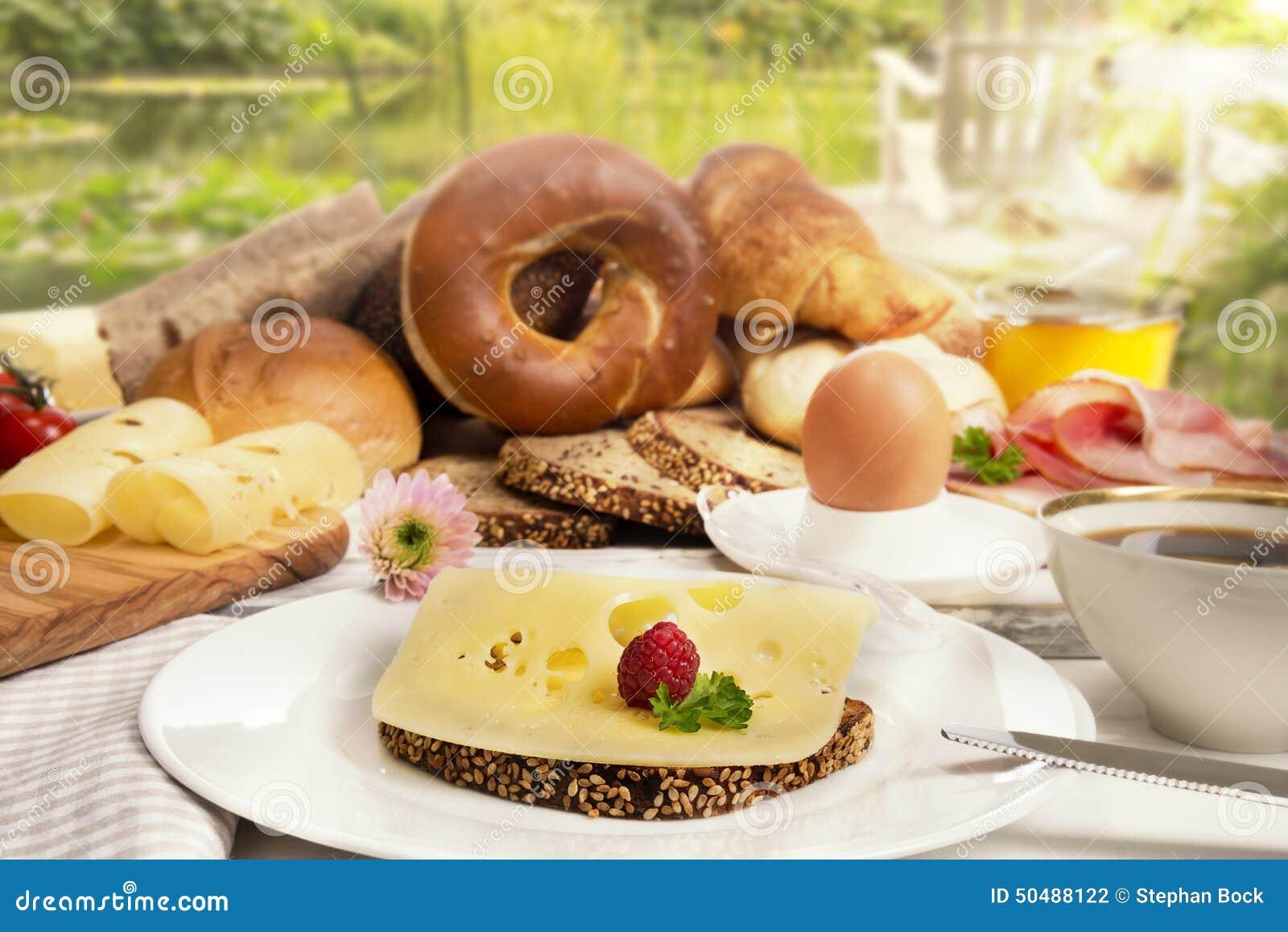 D jeunez avec du pain le caf l 39 oeuf le jambon et la for Le jardin fromager