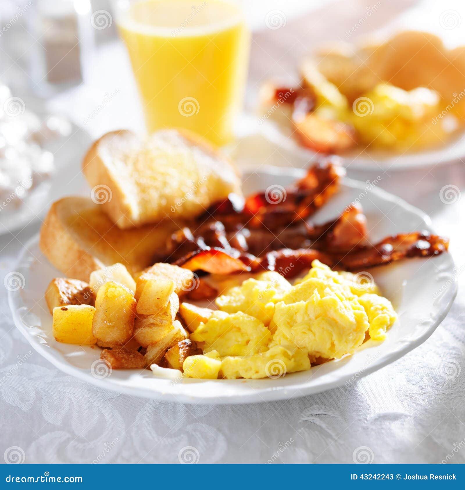 Déjeunez avec le lard, les oeufs et les fritures de maison