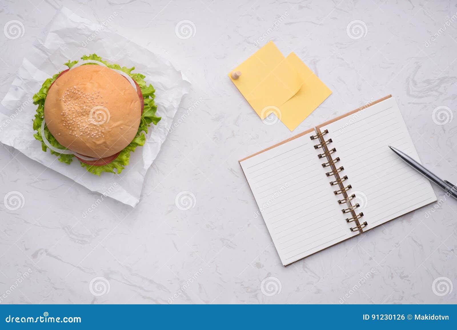 Déjeunez dans le bureau hamburger fait maison délicieux sur la