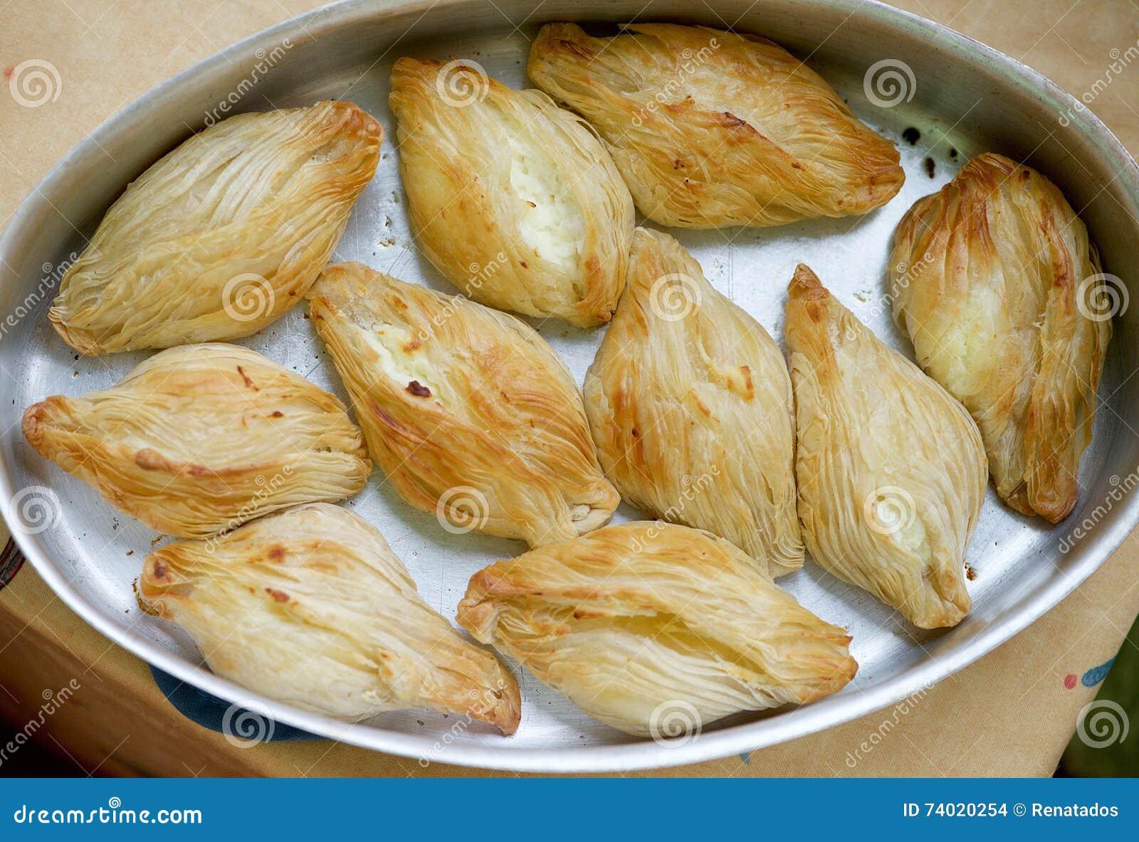 Délicatesse maltaise de cuisson, pastizzi Pastizzi, nourriture typique de rue Pâtes maltaises avec le ricotta et les pois Nourrit