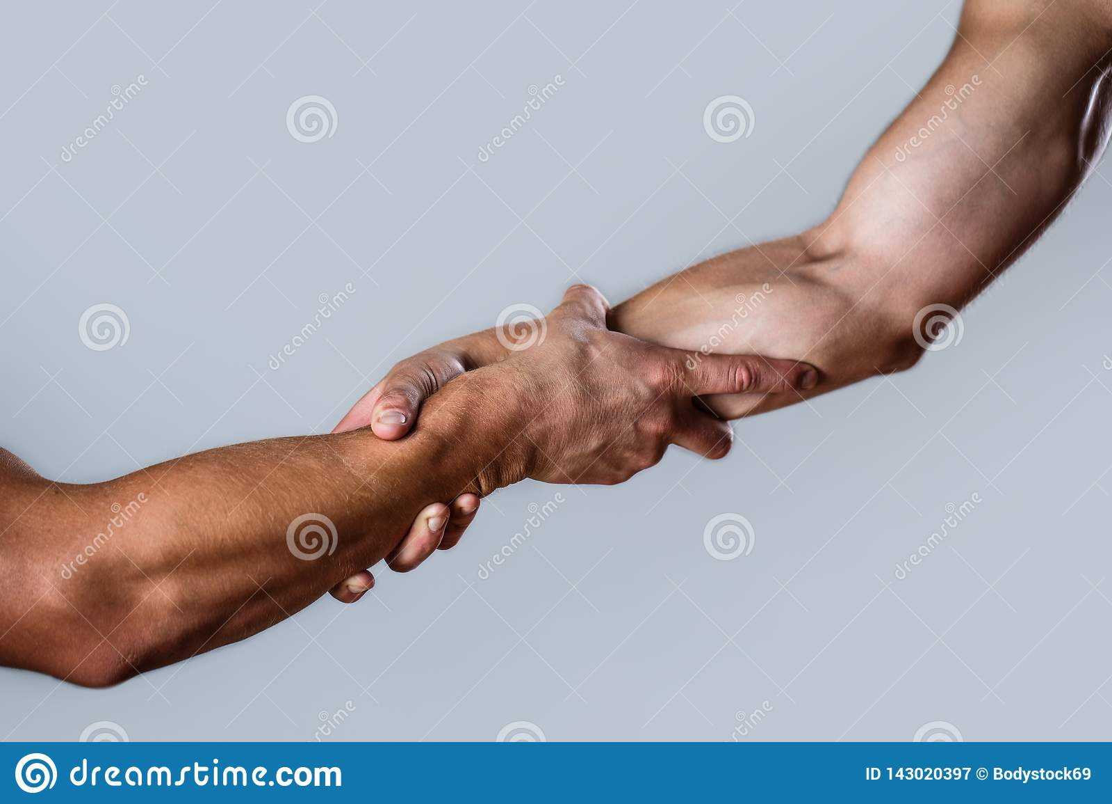 Délivrance, geste de aide ou mains Concept de coup de main, appui Coup de main tendu, bras d isolement, salut