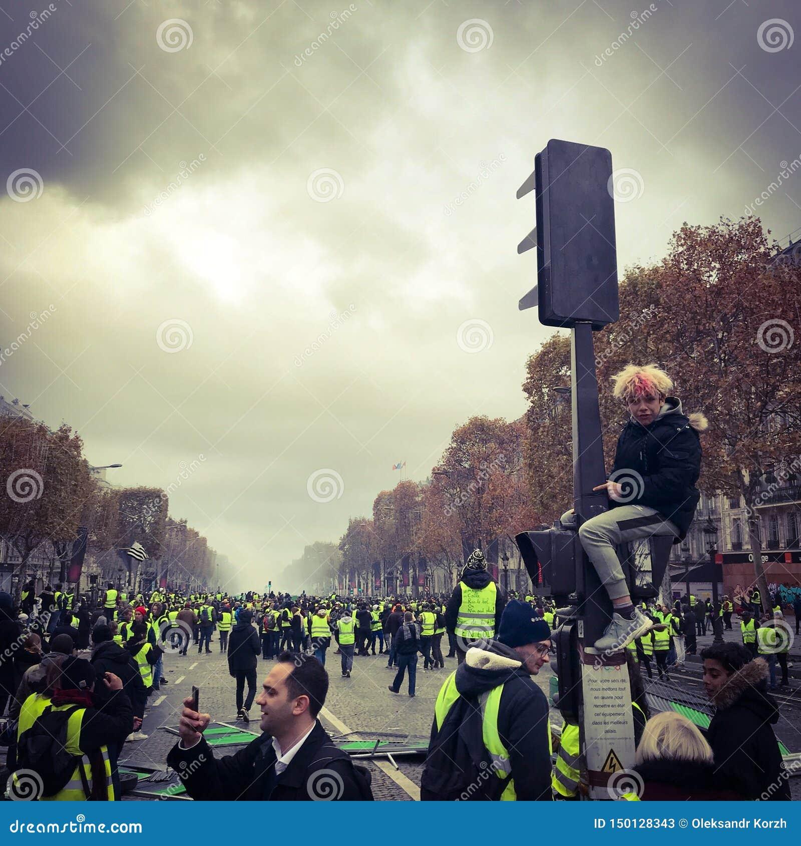 Démonstrateurs pendant une protestation dans des gilets jaunes