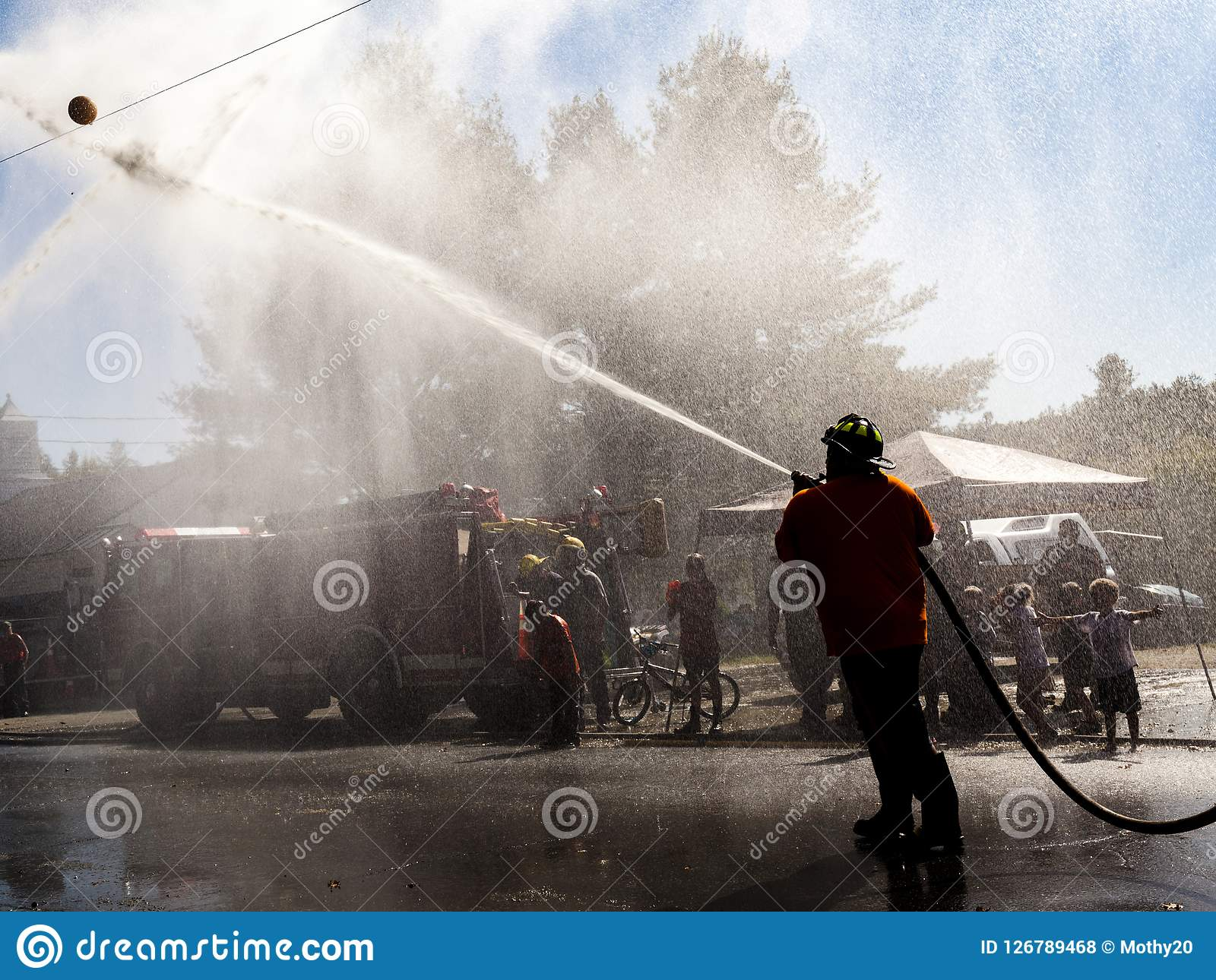 Démonstration de sapeurs-pompiers avec l homme en silhouette