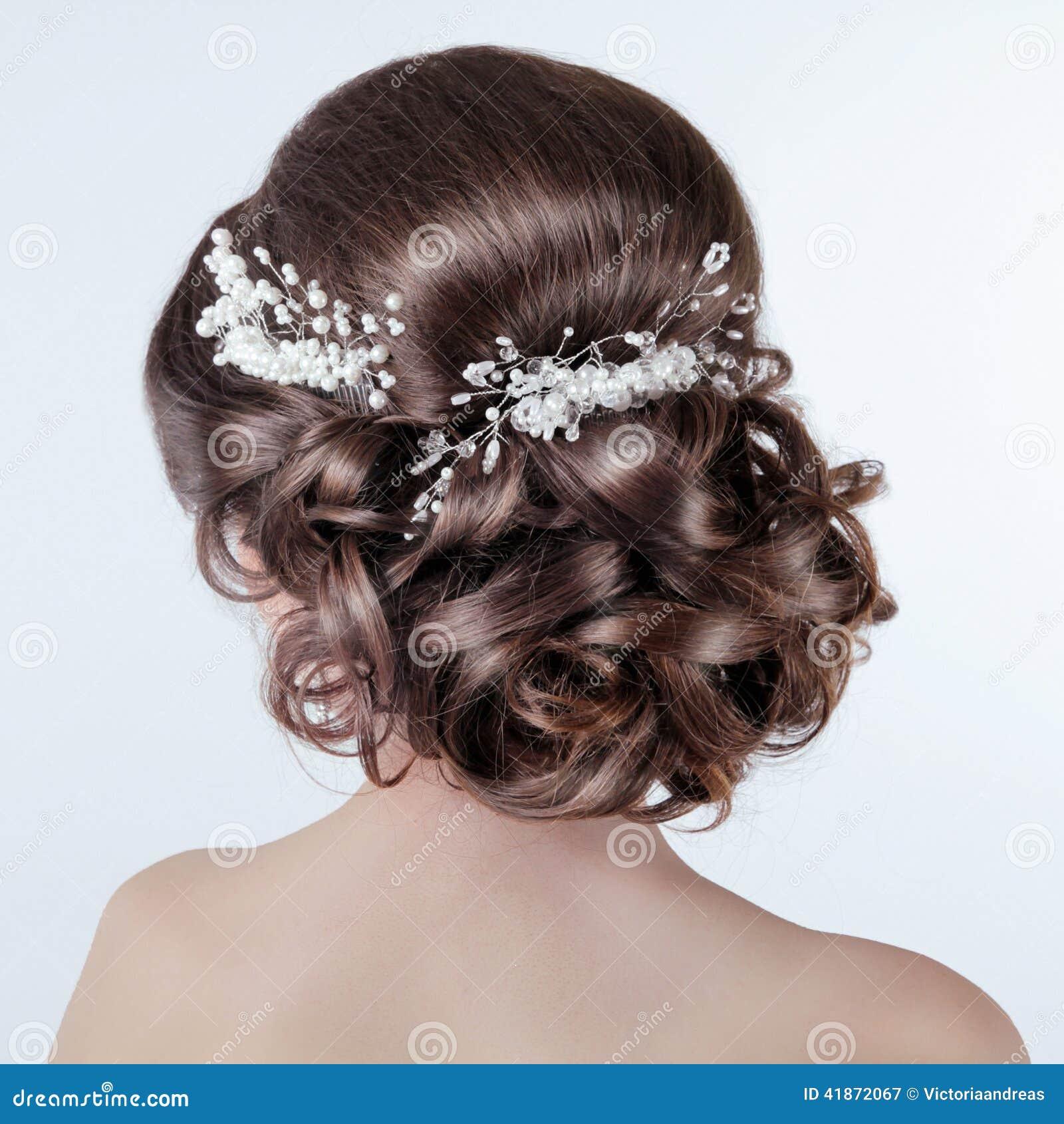 Dénommer de cheveux de Brown Fille de brune avec la coiffure bouclée avec  le barr