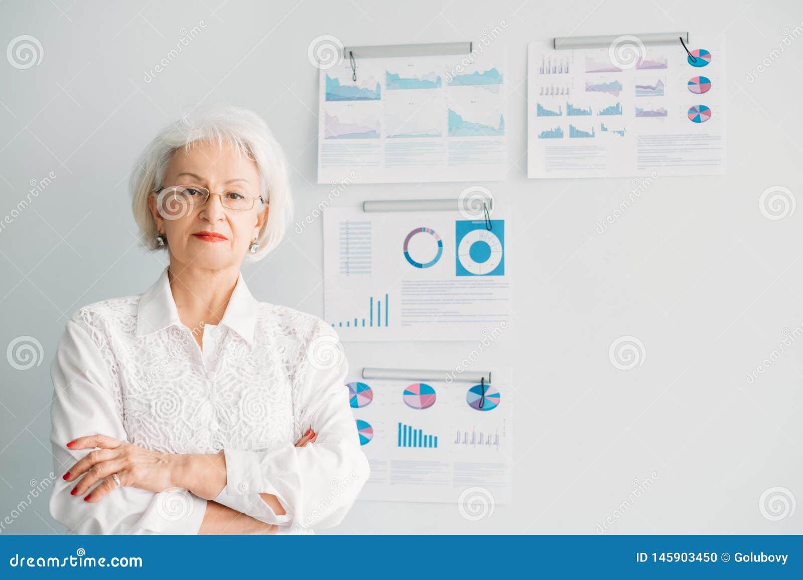 Département principal de femme féminine réussie de chef