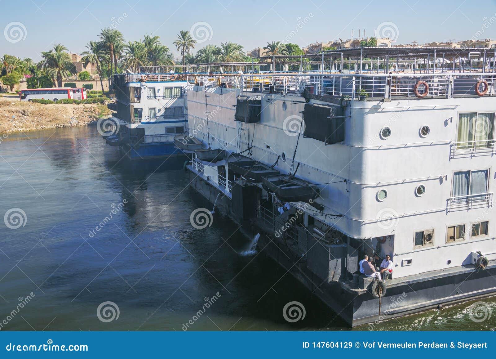 Dépassement des bateaux de croisière du Nil