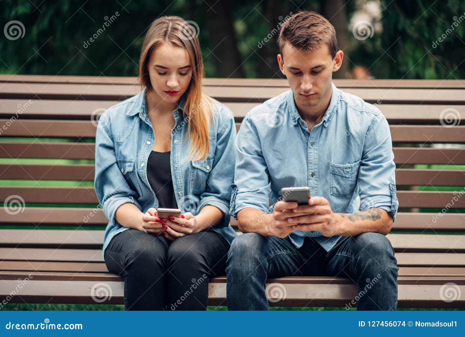 Dépendance de téléphone, couple d intoxiqué utilisant des smartphones