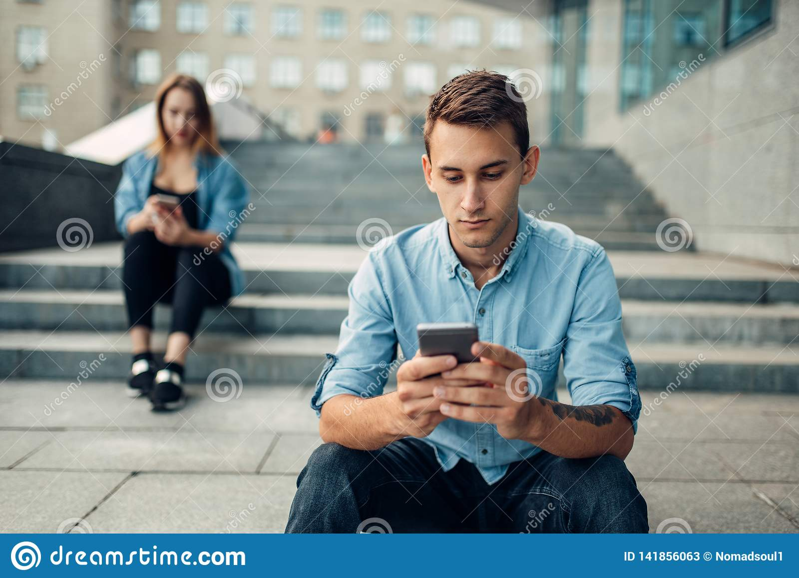 Dépendance de téléphone, personnes dépendantes, mode de vie moderne