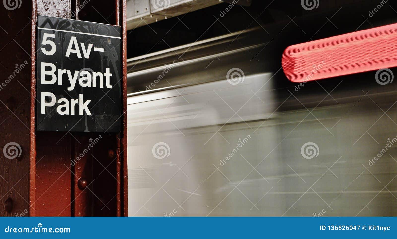 Déplacement de train rapide de MTA Fifth Avenue Bryant Park Train Station Platform de New York City