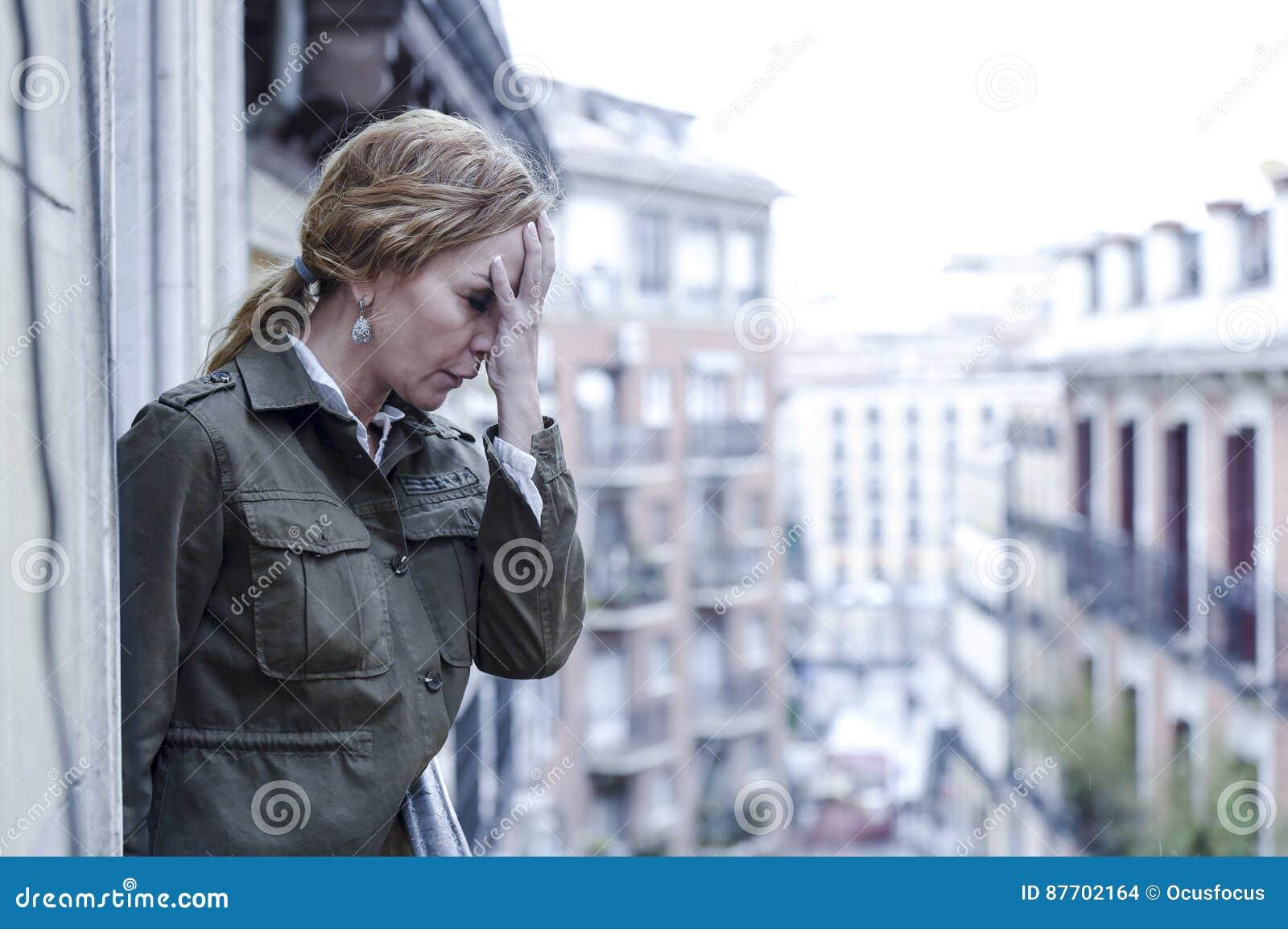 Dépression de souffrance de balcon perdu et triste de femme à la maison semblant réfléchie et solitaire