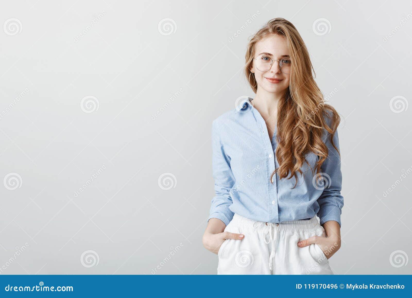 Désirs de client d audition d agent de voyage Portrait de femme d affaires européenne belle en chemisier et verres bleus