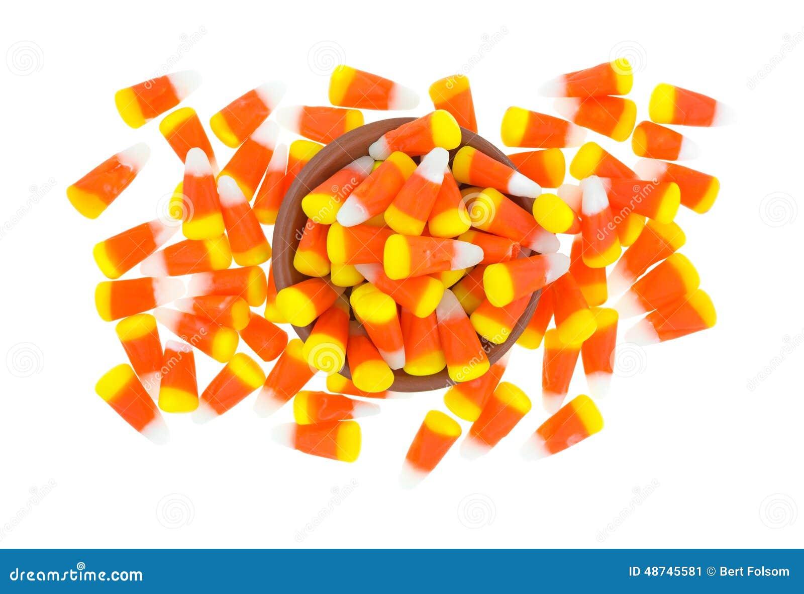 Désordre de bonbons au maïs à Halloween avec la cuvette