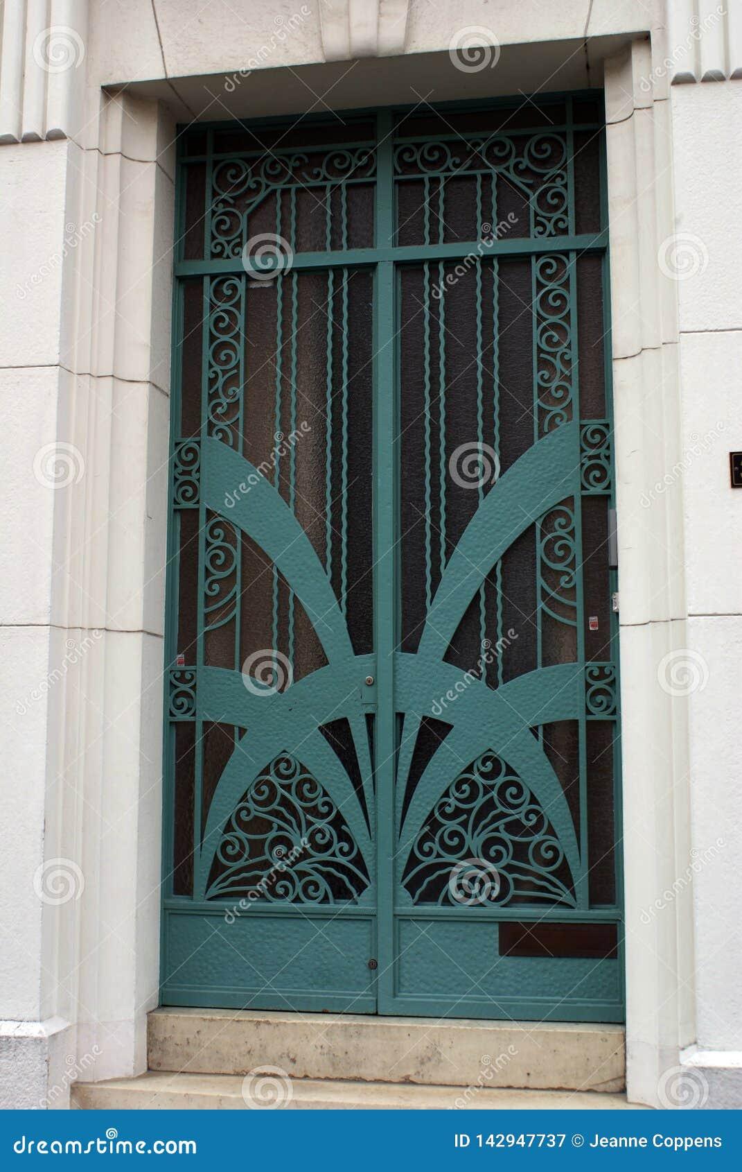 Détail architectural, vieille porte fleurie, style d art déco
