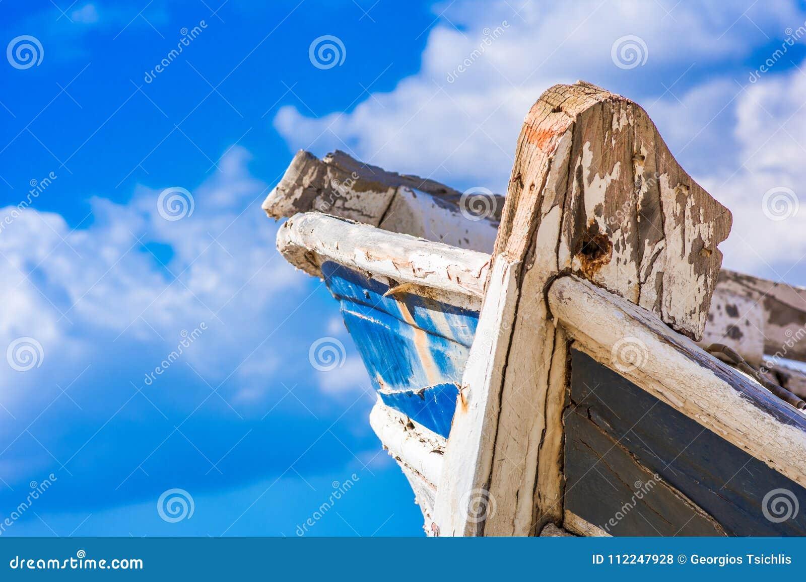 Détail d un naufrage en bois avec le fond nuageux de ciel bleu