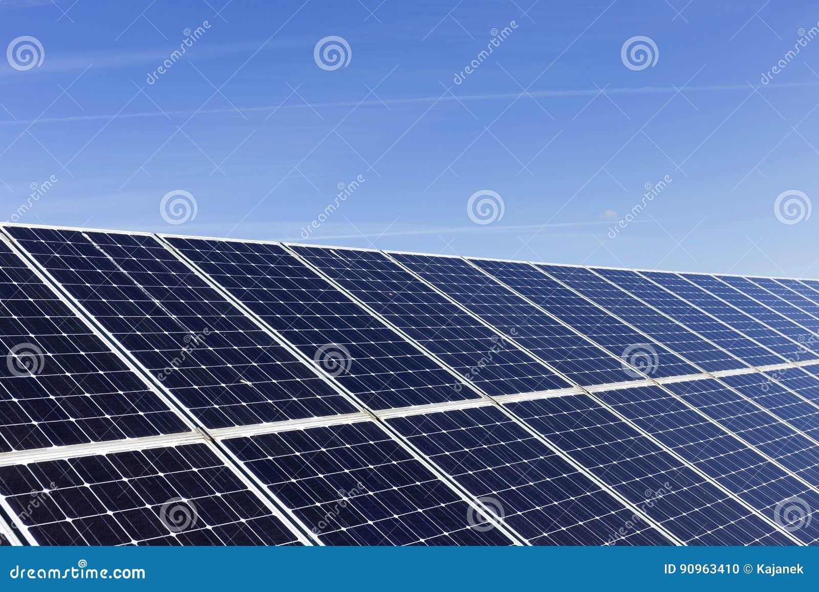 Détail de la centrale solaire avec le ciel bleu
