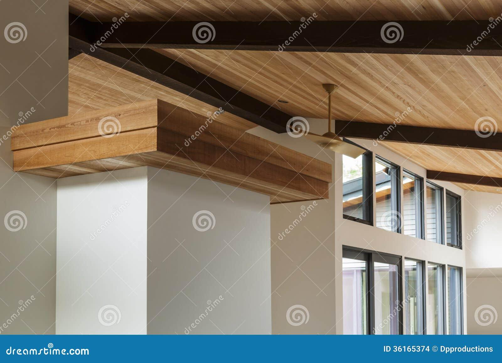 Détail de plafond de faisceau en bois dans une maison moderne
