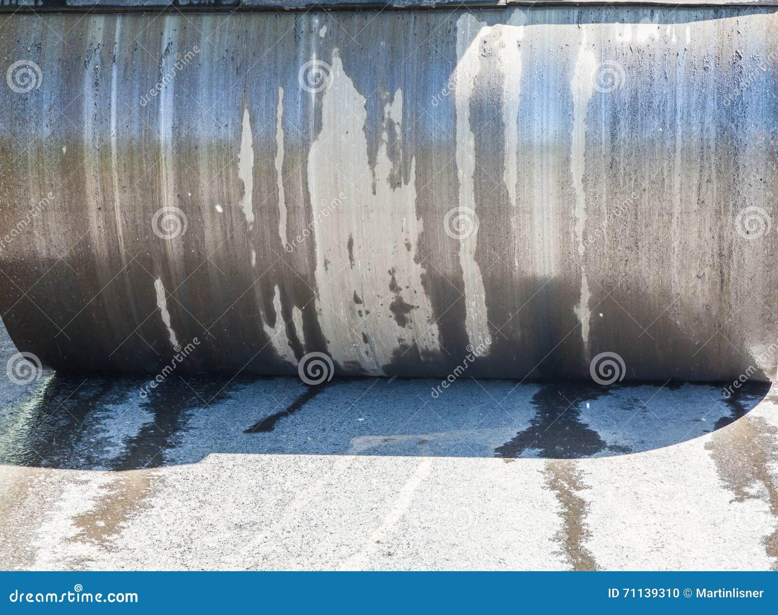 Détail de rouleau de route pendant les travaux de raccordement d asphalte