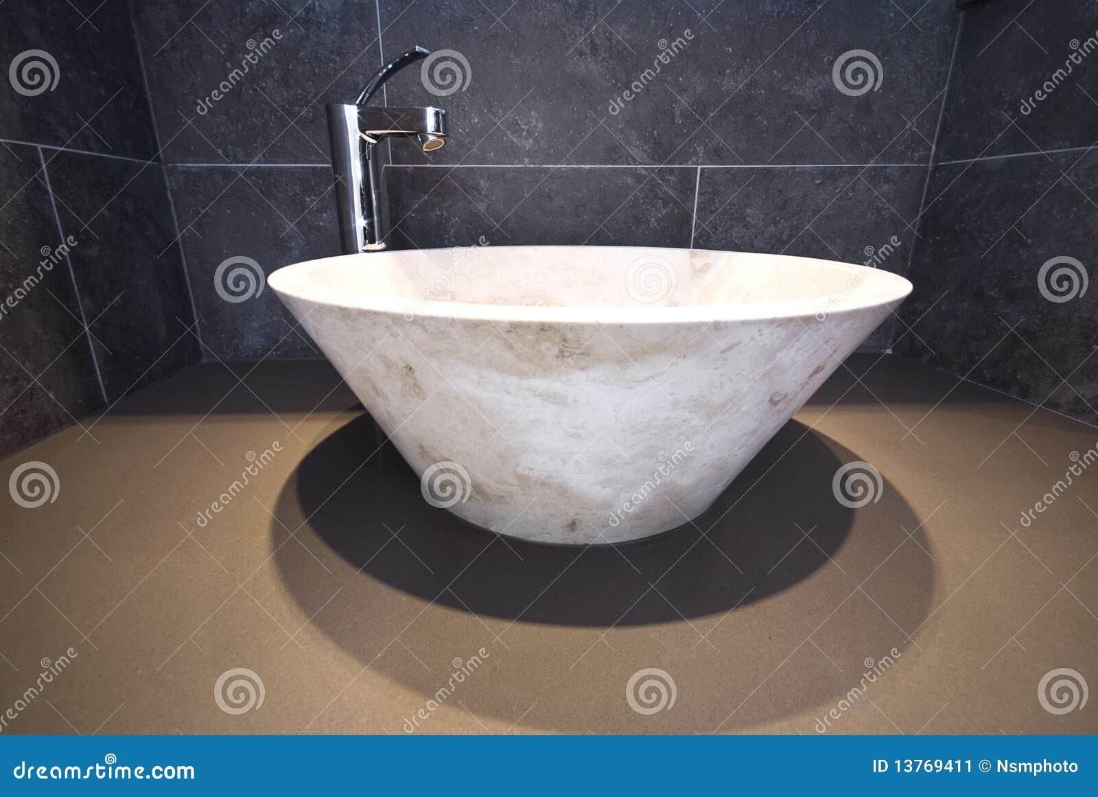 Détail de salle de bains avec le lavabo de marbre rond